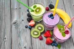 Frullati sani con la frutta fresca Fotografia Stock
