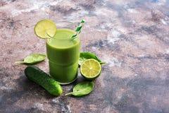 Frullati sani di verdure con spinaci, il cetriolo e la calce detox Il concetto di cibo sano La fonte di vitamine e di ener immagini stock