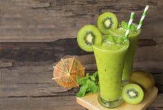 Frullati succo, bevanda del yogurt del kiwi sana il gusto squisito nella mattina di vetro di episodio della bevanda su fondo di l fotografia stock libera da diritti