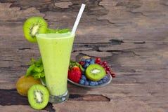 Frullati succo, bevanda del yogurt del kiwi sana il gusto squisito nella mattina di vetro di episodio della bevanda su fondo di l immagine stock