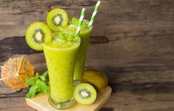 Frullati succo, bevanda del yogurt del kiwi sana il gusto squisito nella mattina di vetro di episodio della bevanda su fondo di l fotografie stock