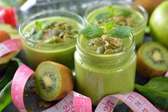 Frullati verdi dietetici immagini stock