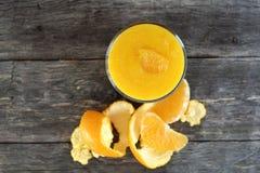 Frullato arancio con buccia nella vista superiore Fotografie Stock Libere da Diritti