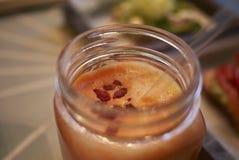 Frullato arancio con le bacche di goji Fotografia Stock