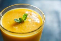 Frullato arancio nel vetro Fotografia Stock