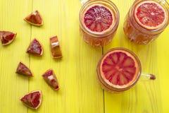 Frullato arancio in una tazza di vetro Immagini Stock Libere da Diritti