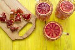 Frullato arancio in una tazza di vetro Fotografie Stock Libere da Diritti