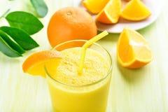 Frullato arancio in vetro Immagine Stock