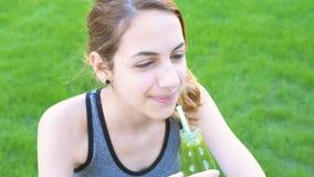 Frullato bevente della frutta della ragazza video d archivio