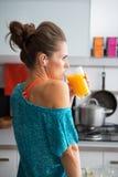 Frullato bevente della zucca della donna adatta in cucina Fotografia Stock