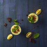 Frullato con del kiwi, della banana e di pepita di cioccolato Fotografie Stock Libere da Diritti