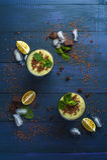 Frullato con del kiwi, della banana e di pepita di cioccolato Immagini Stock
