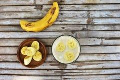 Frullato con la banana su fondo di legno Immagine Stock