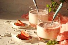 Frullato con le fragole, il latte e la menta Fotografie Stock Libere da Diritti