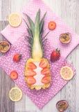 Frullato creativo della fragola e dell'ananas fotografie stock libere da diritti