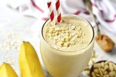Frullato del burro di arachidi della banana con l'avena e la cannella in un vetro Immagini Stock