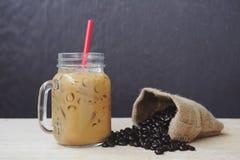 Frullato del caffè di ghiaccio con caffè arrostito, tono di natura morta Fotografia Stock Libera da Diritti