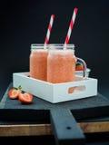 Frullato del ghiaccio della fragola di estate fotografie stock libere da diritti