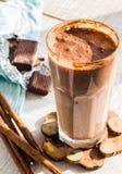 Frullato del latte al cioccolato con la banana, il burro di arachidi e la cannella Fotografie Stock