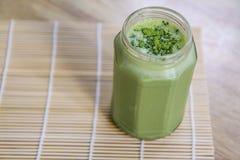 Frullato del tè verde di Matcha in barattolo di vetro sulla tavola Fotografie Stock Libere da Diritti