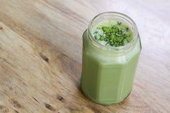 Frullato del tè verde di Matcha in barattolo di vetro sulla tavola Fotografia Stock