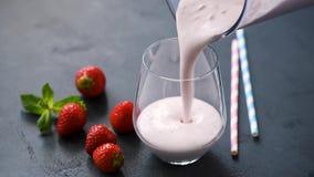 Frullato del yogurt della fragola archivi video