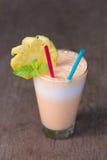 Frullato del yogurt e dell'ananas per salute Immagini Stock
