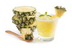 Frullato dell'ananas con l'ananas fresco su fondo bianco, Cli Fotografia Stock Libera da Diritti