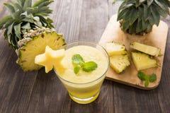 Frullato dell'ananas con l'ananas fresco sulla tavola di legno Immagine Stock Libera da Diritti