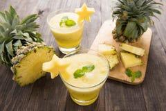 Frullato dell'ananas con l'ananas fresco sulla tavola di legno Immagini Stock Libere da Diritti