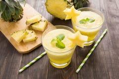 Frullato dell'ananas con l'ananas fresco sulla tavola di legno Immagine Stock