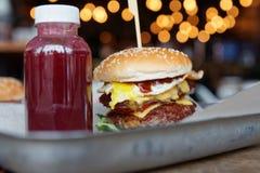 Frullato della bacca e dell'hamburger sul vassoio del metallo Fotografia Stock Libera da Diritti