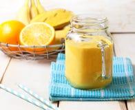 Frullato della banana, arancia, mango Immagini Stock