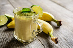 Frullato della banana con il tè di Matcha Fotografia Stock Libera da Diritti