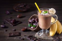 Frullato della banana del cioccolato con latte di cocco Fotografia Stock Libera da Diritti