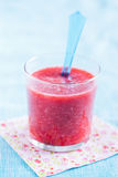 Frullato della fragola in vetro Fotografie Stock Libere da Diritti