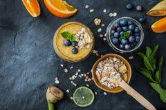 Frullato della frutta con gli ingredienti sulla tavola di pietra Immagine Stock Libera da Diritti