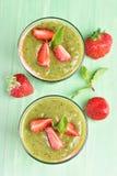 Frullato della frutta con il kiwi e la fragola Fotografie Stock