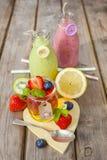 Frullato della frutta e della gelatina Ossequio sano di estate Fotografie Stock Libere da Diritti