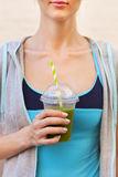 Frullato di verdure bevente della donna dopo l'allenamento corrente di forma fisica Immagini Stock Libere da Diritti