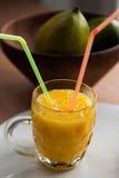 Frullato fresco del mango con due paglie Fotografia Stock