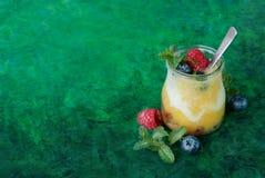 Frullato fresco del mango con le bacche Fotografia Stock Libera da Diritti