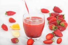 Frullato fresco della fragola, succo antiossidante sano immagine stock