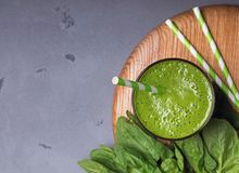 Frullato fresco e sano degli spinaci Immagine Stock