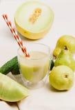 Frullato mescolato con la pera, il cumumber ed il melone Fotografie Stock