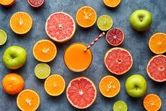 Frullato o bevanda fresca della vitamina del succo nella disposizione affettata del piano del fondo degli agrumi immagini stock libere da diritti