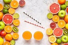 Frullato o bevanda fresca nella disposizione del piano del fondo degli agrumi, disintossicazione antiossidante organica vegetaria immagine stock libera da diritti