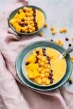 Frullato sano del mango della prima colazione con i cereali fotografia stock libera da diritti