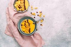 Frullato sano del mango della prima colazione con i cereali fotografie stock