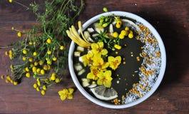 Frullato sano fatto con gli ingredienti freschi e organici fotografia stock